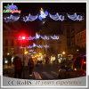 通りLEDの装飾のモチーフライトを渡る屋外のお祝いのクリスマス