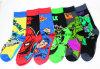 Il cotone del Mens colpisce con forza i calzini casuali del ginocchio del supereroe dei fumetti di meraviglia