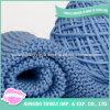 Tricotando manualmente o lenço longo do tamanho grande quadrado do algodão