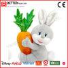 El conejo relleno diseño lindo del juguete de la felpa del conejito lleva la zanahoria