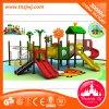 Diapositiva al aire libre del patio de los niños preescolares