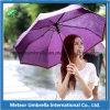 Los artículos 3 ULTRAVIOLETA antis del regalo doblan el paraguas abierto de las señoras del automóvil compacto