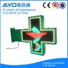 3D muestra al aire libre de la cruz de la farmacia del color verde LED