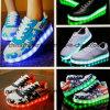 Form-Frauen, die Skateboard-Freizeit-Schuh mit LED-Licht laufen lassen