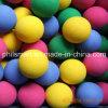 エヴァはギフトによって着色されるおもちゃのスポンジの泡の球をからかう