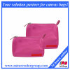 El nilón rosado compone el conjunto cosmético del bolso del bolso