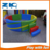 Associação macia da esfera do jogo do miúdo do campo de jogos das crianças