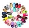 Le bel enfant en bas âge de qualité chaude de modèle chausse des chaussures de sports de bébé