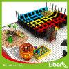 Parque ao ar livre e interno do parque de diversões dos miúdos do Trampoline