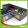 Liben scherza il parco dell'interno del trampolino dei giochi con il pozzo della gomma piuma