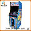 Pacmanの古いゲームセンターはアーケード・ゲーム機械にボタンをかける