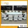 テラスのダイニングテーブルおよび屋外椅子の豪華な柳細工の家具