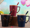 Tazza di ceramica con la tazza di caffè di ceramica di legno del cucchiaio e del coperchio con il coperchio