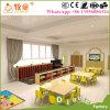Tabelas de madeira e plásticas do jogo para a mesa dos miúdos, do estudo dos miúdos e a cadeira