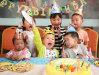 Sombreros lindos del papel de fiesta de cumpleaños de los cabritos