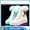 Белые ботинки женщин типа способа с СИД освещают вверх