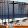屋外の錬鉄の塀の粉の上塗を施してある庭の塀