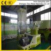 (a) Pelota de bambu da serragem que faz a máquina para o Burning do combustível biológico