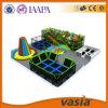 Crianças engraçadas da alameda do parque de diversões campo de jogos interno da combinação das grandes
