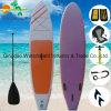 El sorbo que practica surf sube a la tabla hawaiana inflable del aire suave de la tabla hawaiana