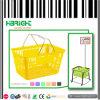 Panier à provisions en plastique tenu dans la main pour le supermarché