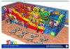 Campo de jogos interno dos miúdos novos do projeto com corrediça grande da onda