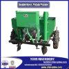 La ferme met en application la machine de planteur de pomme de terre dans le tracteur de Yto de rangées de double