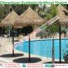 Het synthetische Plastic Palmblad van de Hars met stro bedekt Paraplu bij de Pool van het Strand