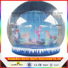Facendo pubblicità al globo umano gonfiabile della neve di formato di promozione per la cattura della foto