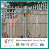粉の上塗を施してある鋼鉄柵の塀のパネルを囲う電流を通された柵