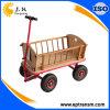 Beau chariot de jardin avec la frontière de sécurité en bois