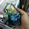 Piedra preciosa cristalina natural de la visualización de la labradorita de la piedra preciosa semi