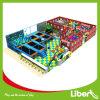 Zona morbida del gioco del bambino nel parco del trampolino con il pozzo della gomma piuma