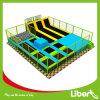 La maggior parte del parco di divertimenti dell'interno del trampolino dei capretti dei giochi popolari di sport