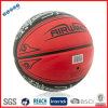 Revisión de calidad de la bola del baloncesto antes de la salida