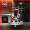 Lámpara de calle de la decoración de la Navidad que nieva con el canto del coro