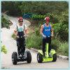 Stehender erwachsener elektrischer Roller weg vom Straßen-Mobilitäts-elektrischen Roller