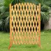 Barandilla de madera de la cerca del jardín al aire libre