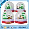 Decoração plástica do Natal do globo da neve da foto