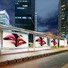 La nuova fermata dell'autobus che fa pubblicità alle caselle chiare
