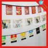 El empavesado de papel de la promoción señala Tring por medio de una bandera