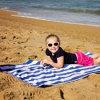 青く白い縞の綿の大きいビーチタオル、プールタオル