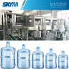 Terminar a maquinaria de enchimento da água bebendo de 5 galões