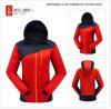 Популярные повелительницы Softshell зимы делают куртку водостотьким
