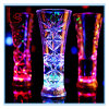 棒のための特別なクリスマスの誕生日の昇進のギフトカラーガラスコップの雪片点滅LEDの多彩な党/パブ/KTVの明るいワインのコップ