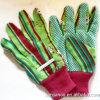 Embroma guantes que cultivan un huerto