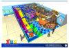 Campo de jogos interno brilhante com decorações da abundância