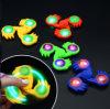 2017 Nueva Fidget Spinner brillan en la oscuridad de la mano de la persona agitada Spinner Tri herramienta Focus Juguete de escritorio embutidora de la media