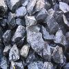 Черным камень задавленный гравием