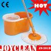 Main appuyant sur Joyclean Produits ménagers 360 degrés Mop (JN-201B)